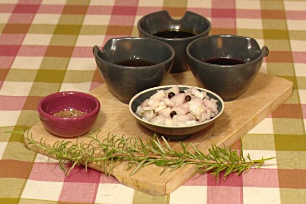 Ingredienser till viltsås med rosmarin och enbär